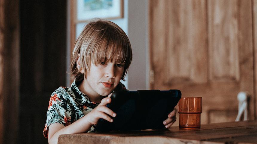 Ab einem gewissen Alter kann man seine Kinder nicht mehr von der Technik fernhalten - aber wie lehrt man den richtigen Umgang mit den neuen Medien?