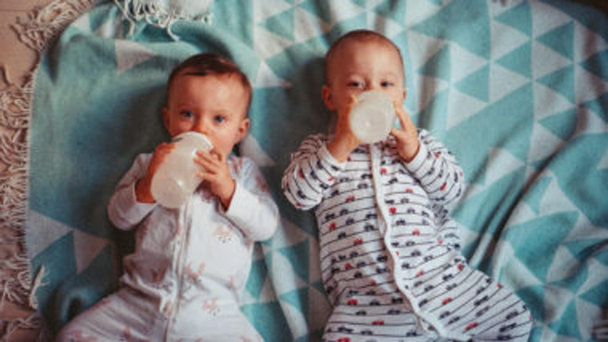 Trinkmenge Baby: Zwei babys trinken