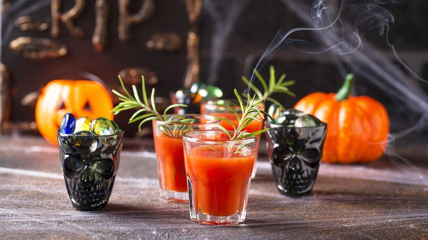 Orange Halloween Drinks für eine gruselige Party.