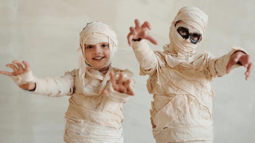 Zwei Kinder in einem selbstgemachten Halloween-Kostüm