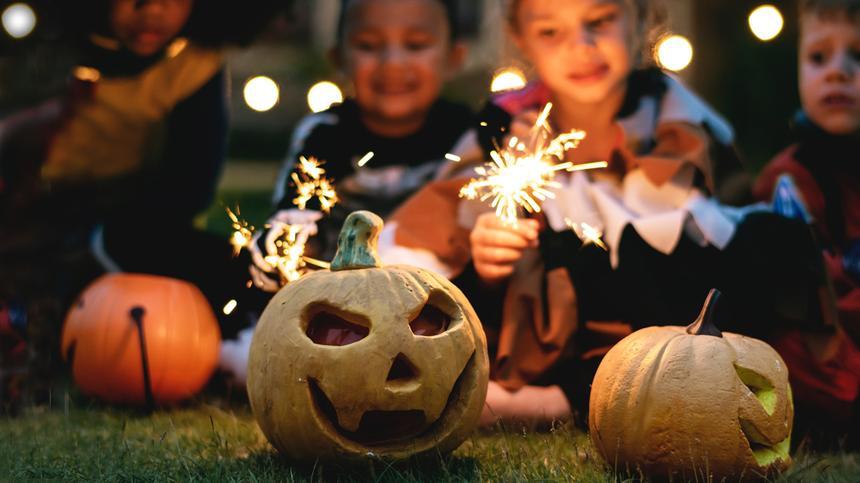 So gestaltest du eine Halloweenparty für Kinder