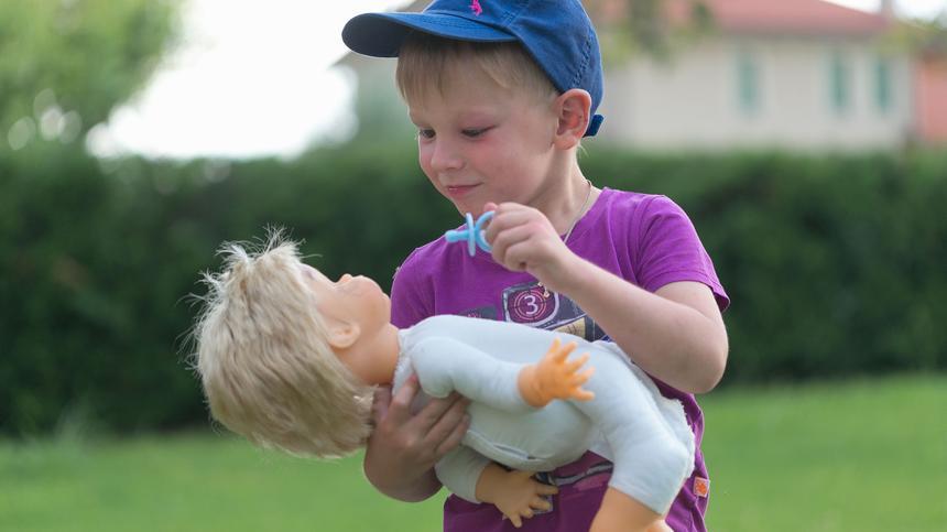 Jungs spielen nicht mit Puppen? Was für ein Klischee von vorgestern!