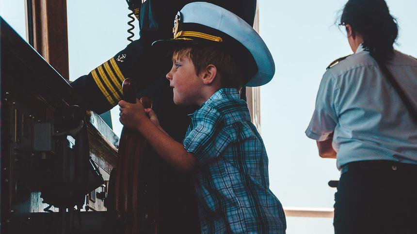 Junge spielt Kapitän