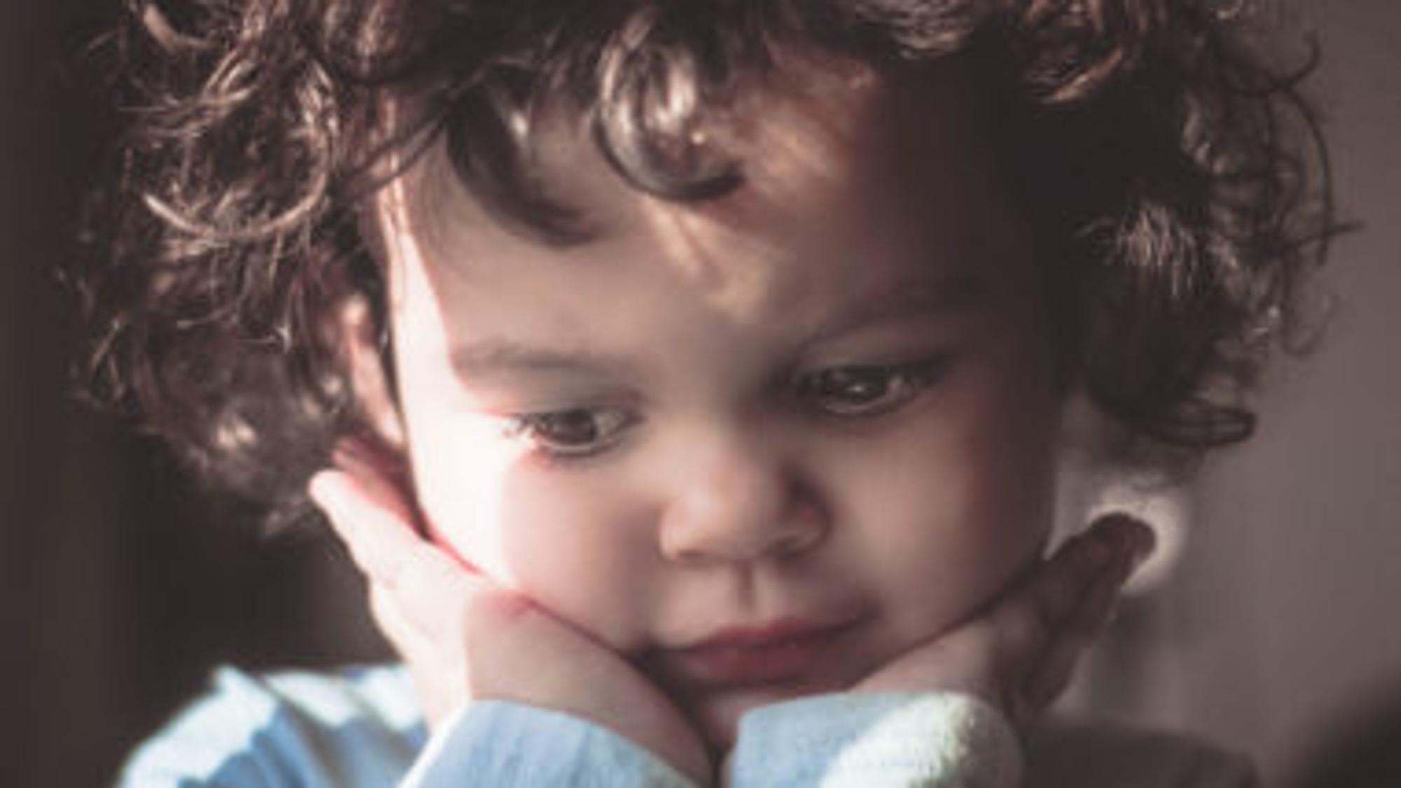 Kleinkind mit braunen Locken