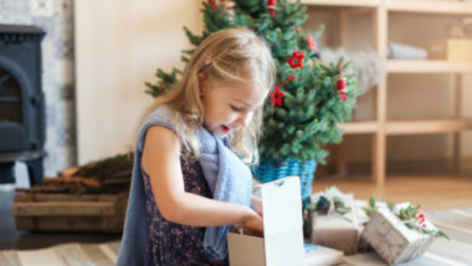 Kind öffnet Geschenk