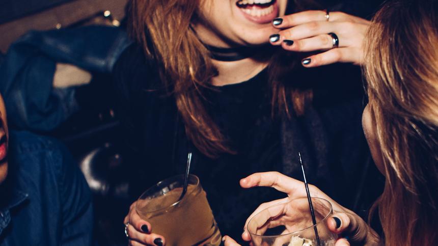 Dürfen Mütter alleine feiern gehen?! Na klar, sagt unsere Autorin Nora Henze.