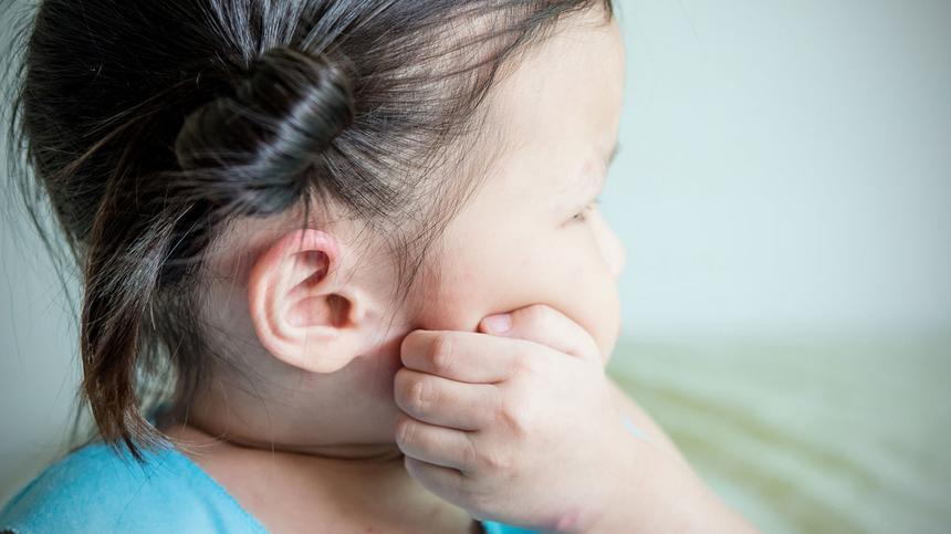 Nesselsucht juckt: Kinder vom Kratzen abhalten