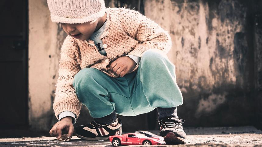 Müssen sich Kinder auch alleine beschäftigen können? Mama Daniela sagt: Ja!