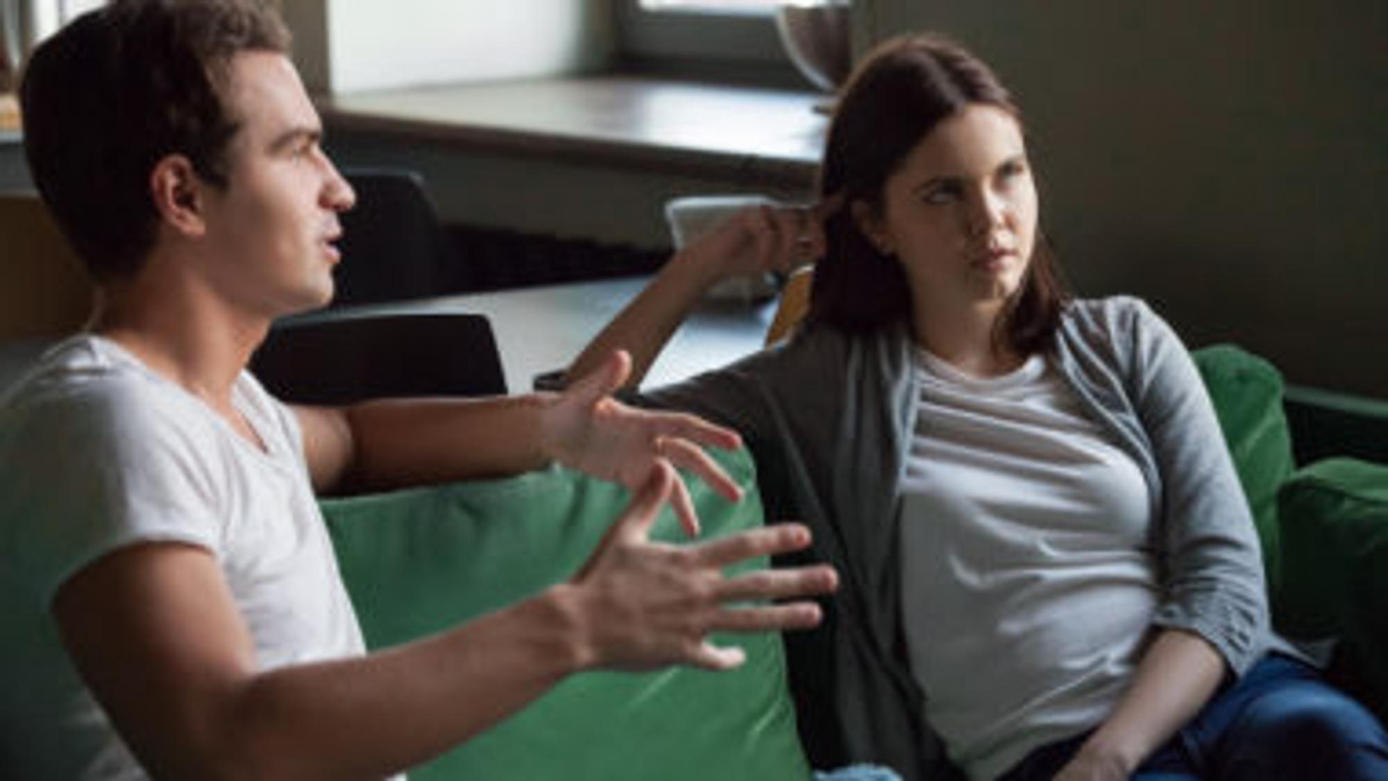 Paar sitzt auf einer Couch und streitet