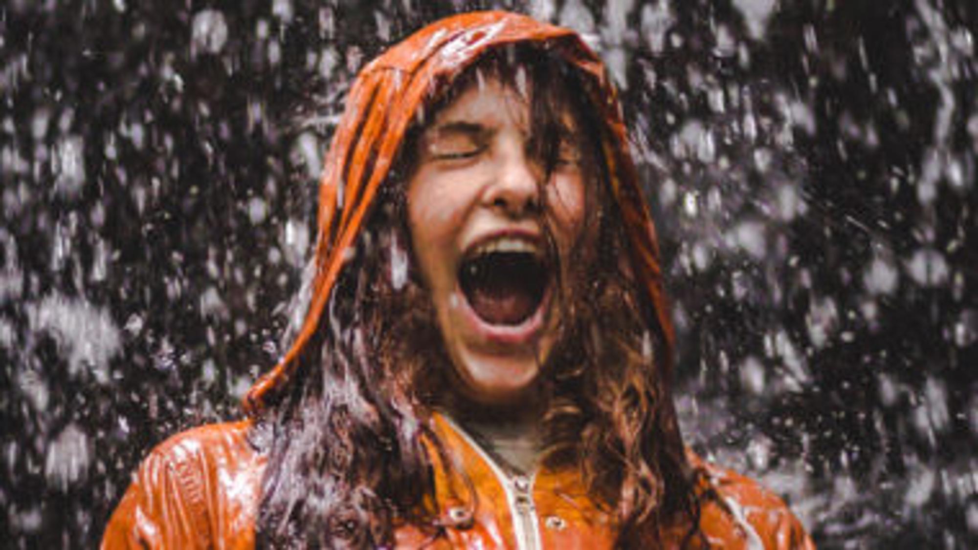 Frau schreit im Regen