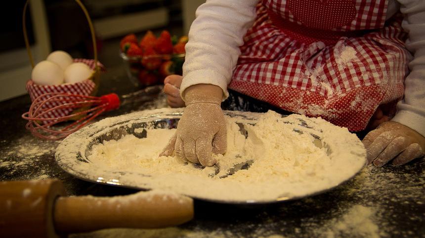 Kinder in der Küche helfen zu lassen, ist eine gute Idee - auch wenn es dann länger dauert und mehr Dreck macht.