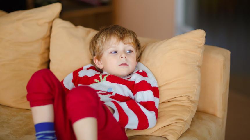 Manchmal braucht Papa Markus auch mal ein paar Minuten für sich - dann babysittet der Fernseher.