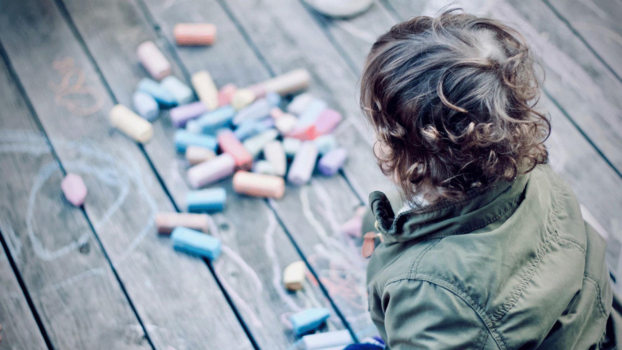 Kinder können das Allein-Spielen lernen