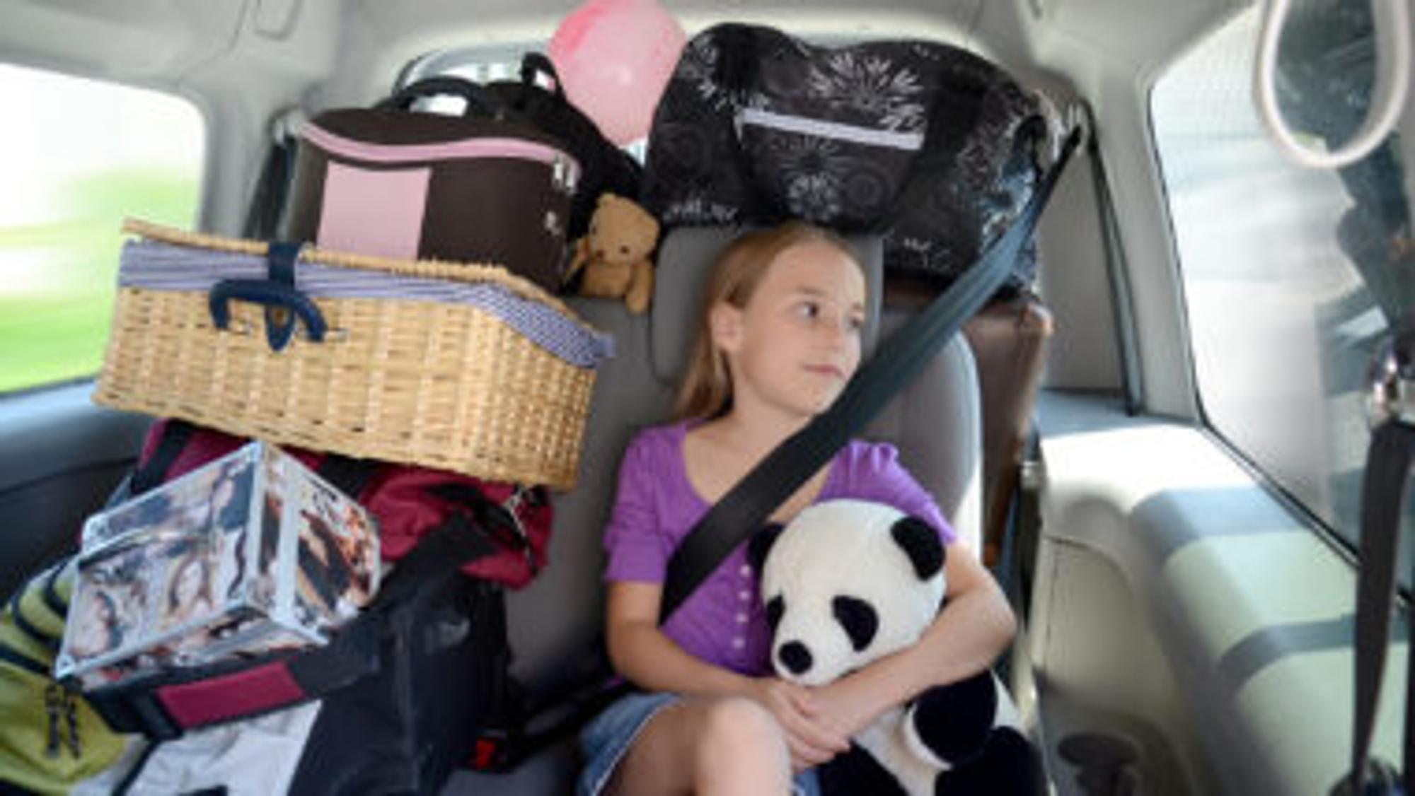 Kind sitzt in einem Auto