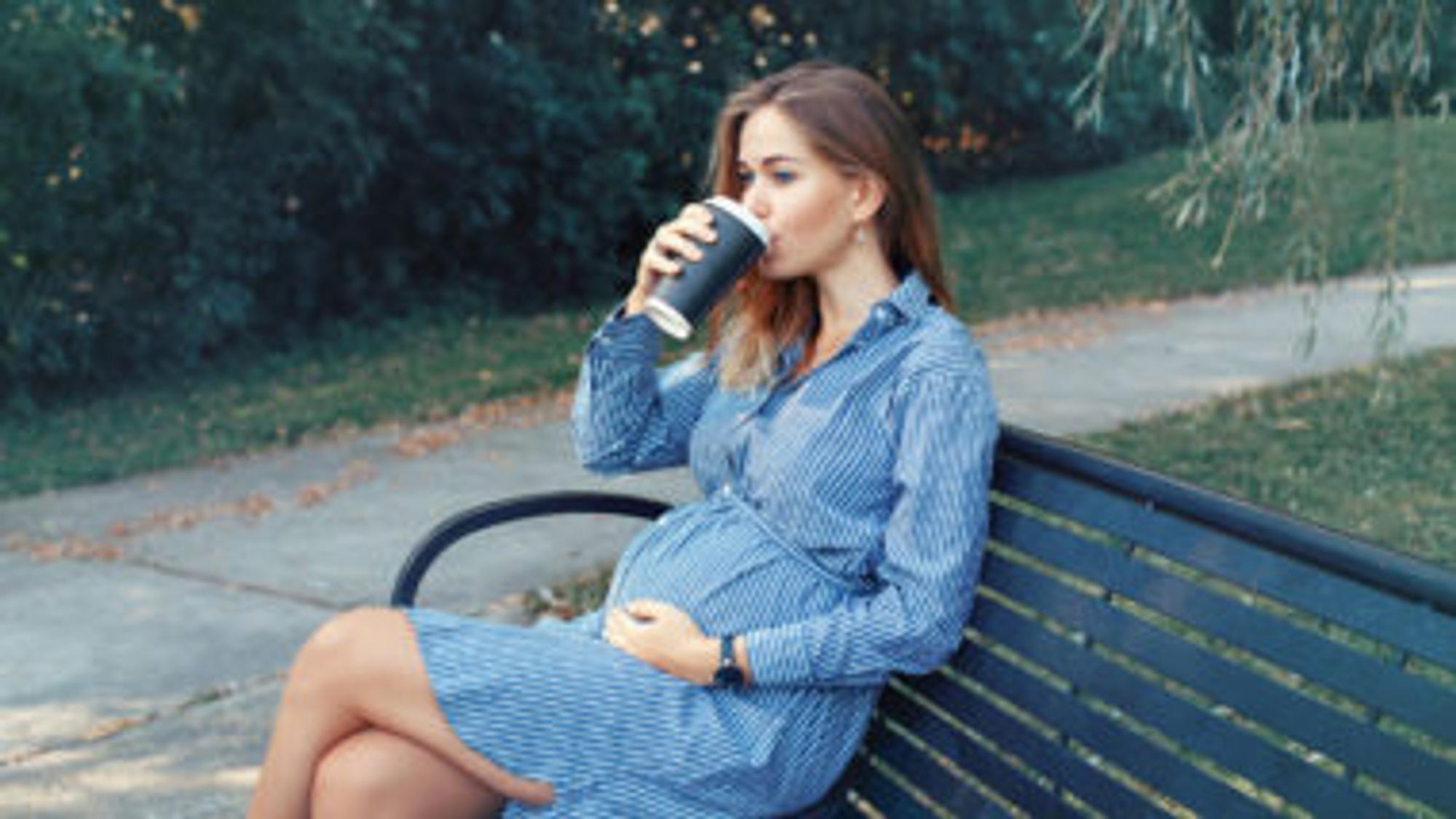 Schwangere, die Kaffee trinkt