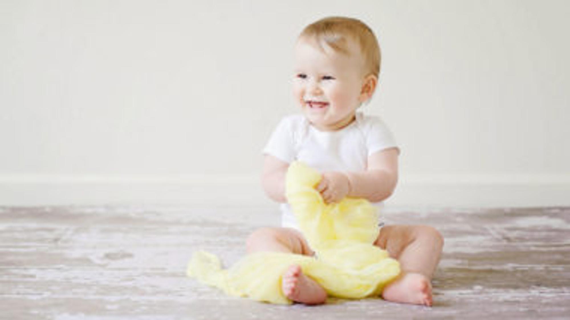 Baby mit einem gelben Tuch