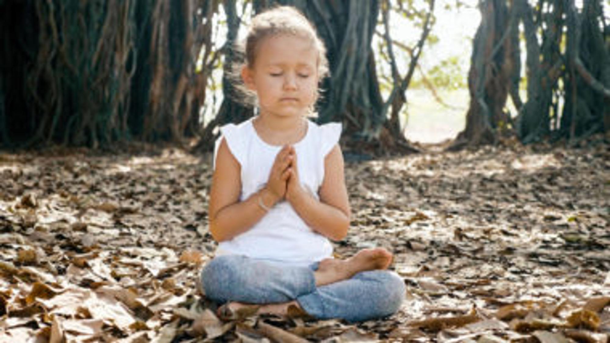 Mädchen macht Meditation für Kinder