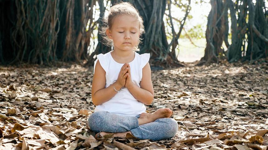 Meditation für Kinder kann sehr vorteilhaft sein. So gehst du dabei am besten vor