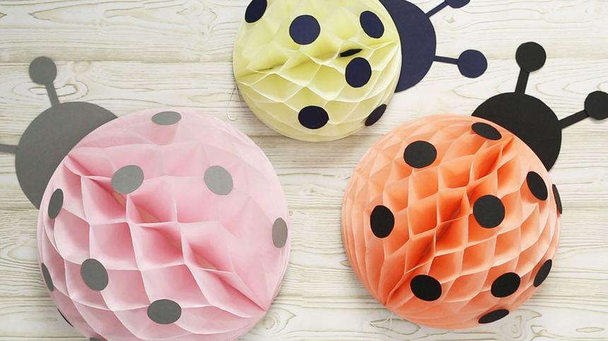 Marienkäfer basteln aus Wabenbällen: Drei verschiedene Größen