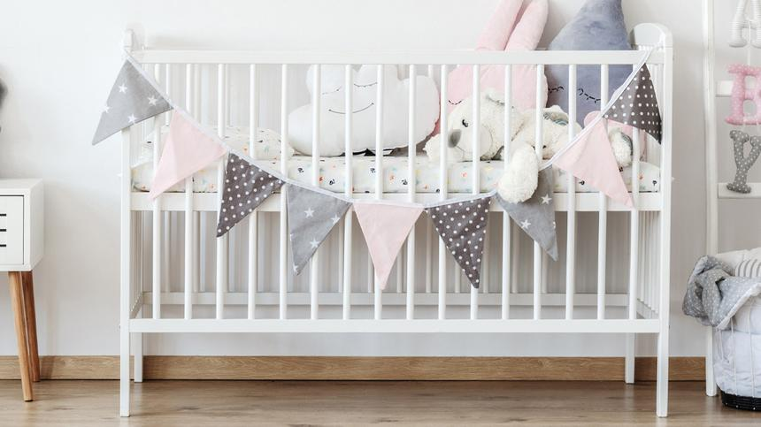 Wimpelkette an einem Babybett