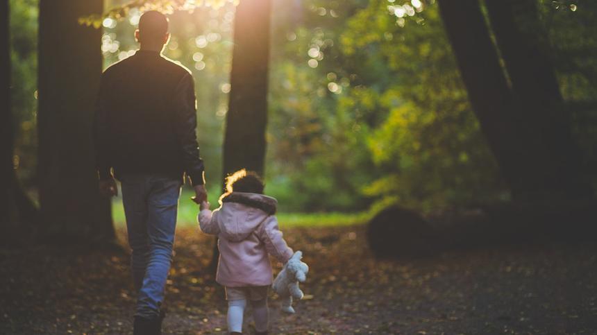 Damit Scheidungskinder nicht ein Elternteil ganz verlieren, gibt es das Umgangsrecht.