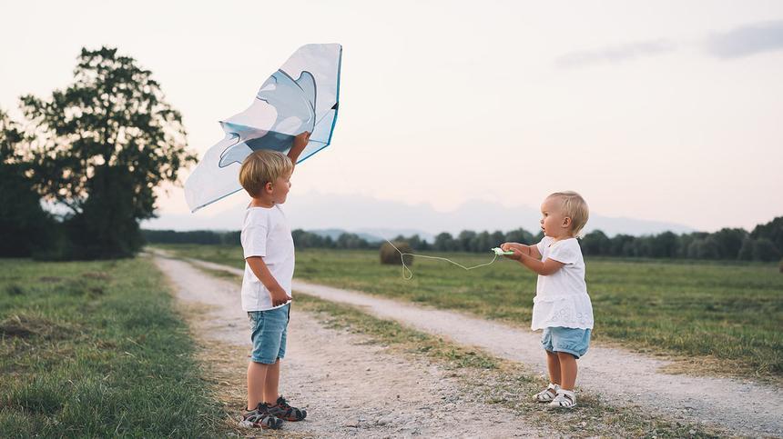 Drachen basteln: Kinder lassen Drachen steigen