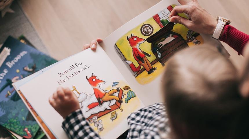 Es kann schnell nervig sein, wenn Kinder immer wieder dasselbe Buch lesen wollen - aber für Kinder ist das wichtig