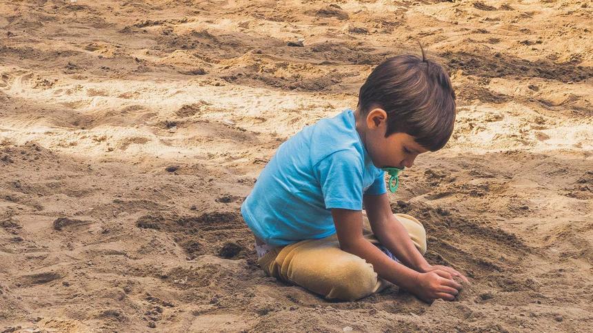 Autistische Kinder ziehen sich oft zurück und spielen lieber alleine