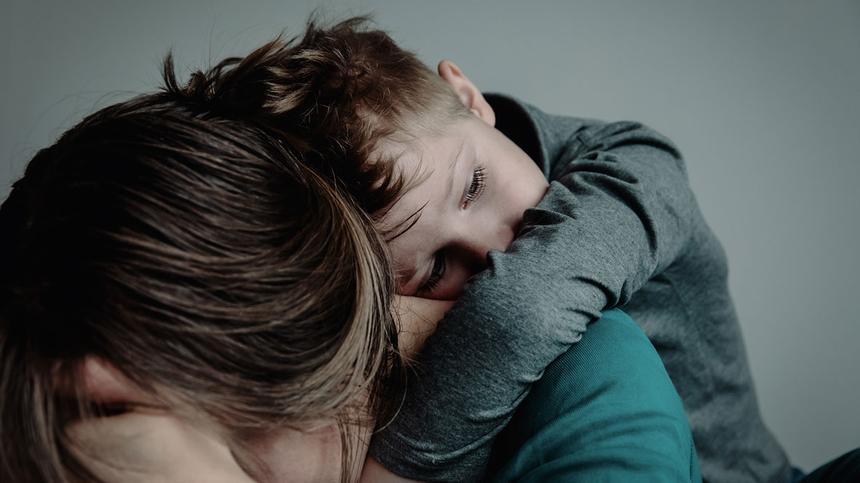 Viele Eltern versuchen, negative Emotionen vor ihren Kindern zu verstecken. Gefühle zu zeigen ist aber wichtig – für Eltern und Kinder.