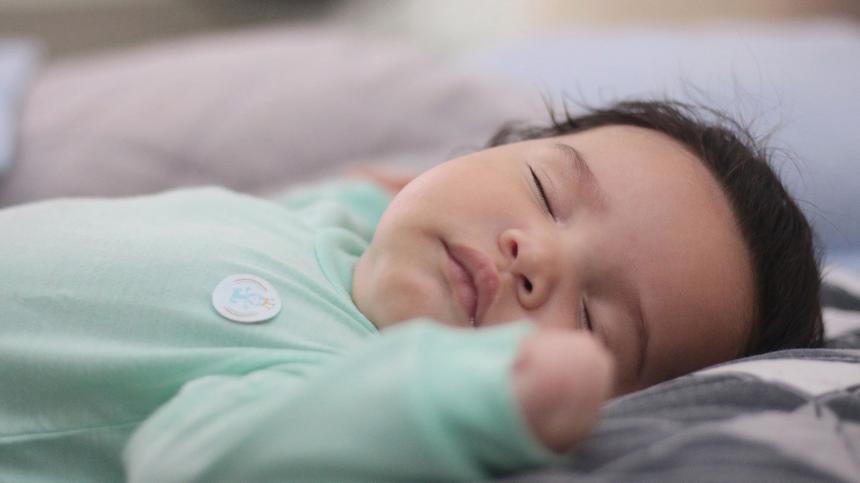 Forscher haben den Zusammenhang vom plötzlichen Kindestod mit Schlafgewohnheiten untersucht und ein Risiko vom Schlafen im Elternbett gefunden