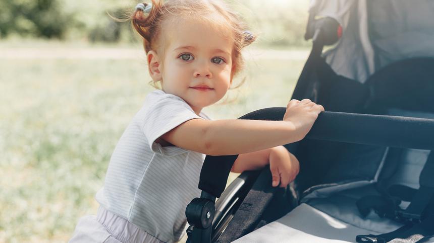 Manchmal wollen Kinder einfach nicht im Kinderwagen bleiben. Es gibt aber Tricks, die Eltern probieren können