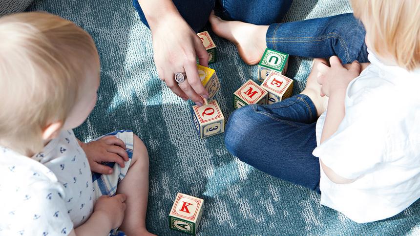 Die Sprachentwicklung deiner Kinder kannst du ab der Geburt gezielt beeinflussen