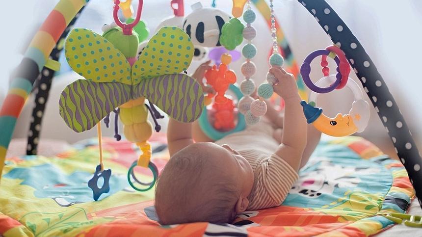 Den richtigen Spielbogen fürs Baby finden