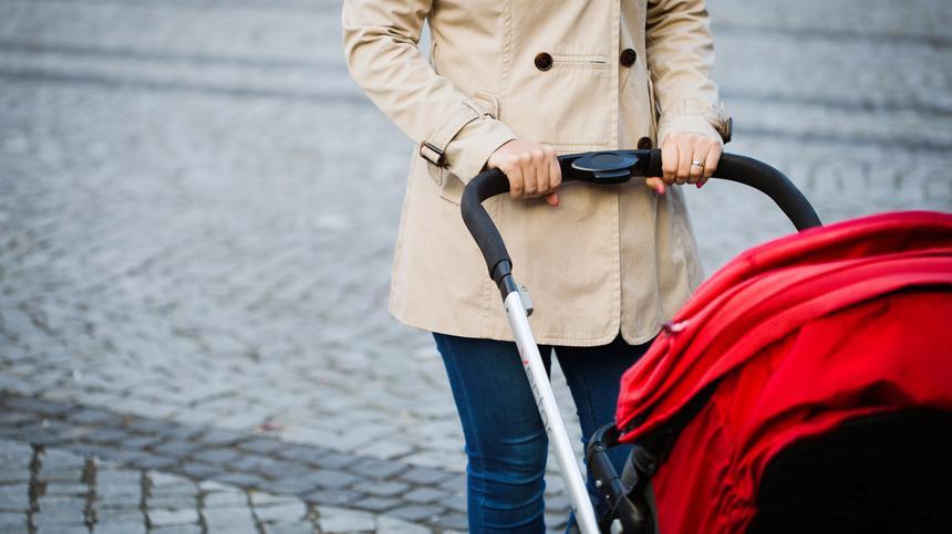 Die Polizei blitzt eine Frau mit Kinderwagen