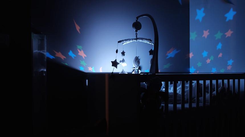 Babybett im dunkeln
