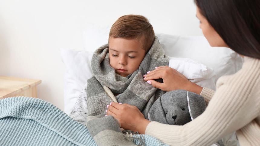 Geschwollene Backen, Appetitlosigkeit und Fieber: Das könnte Mumps sein.