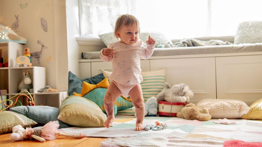 Isabellas Beine sind stark betroffen und vernarbt durch die Meningokokken-Erkrankung.