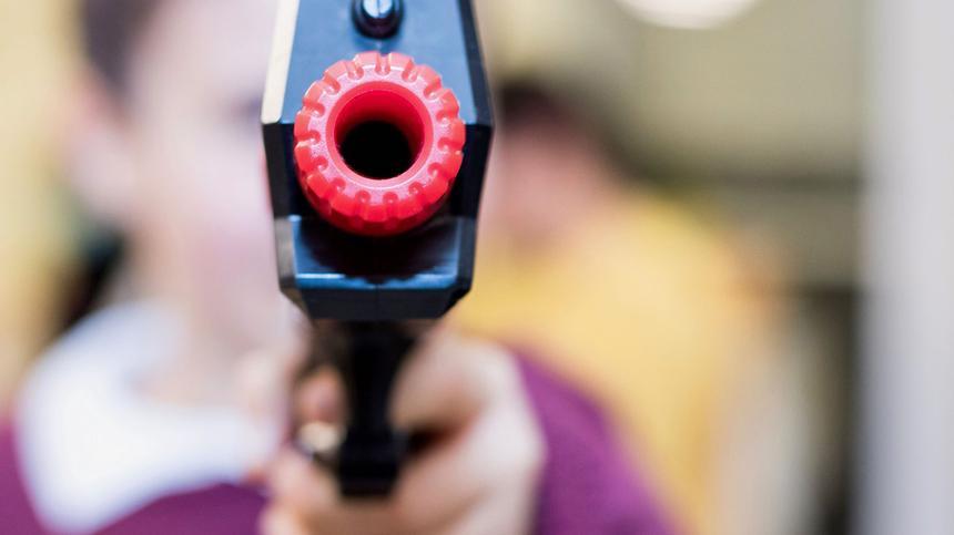 Kann das Spiel mit Waffen aggressives Verhalten begünstigen?