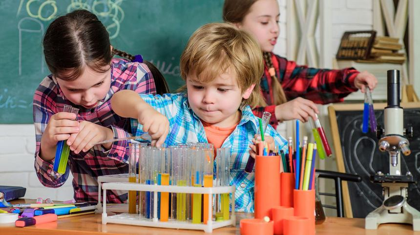 Chemie, Physik & Co: Wird der Unterricht für Jungen und Mädchen bald getrennt?