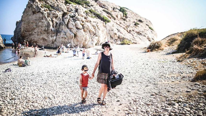 Mutter mit Kind am Meer