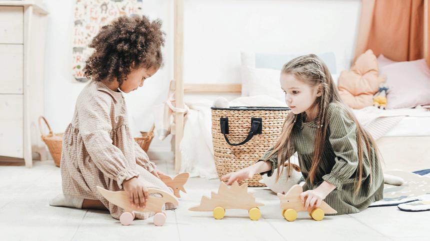 Mädchen spielen mit Holzspielzeug
