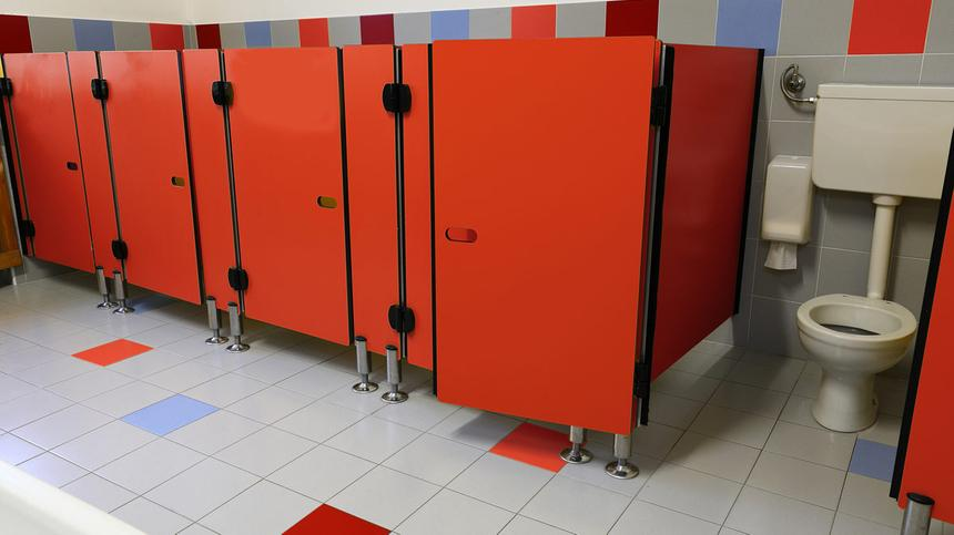 Zu wenig Seife & schmutzige Toiletten: mangelnde Hygiene an deutsche Schulen