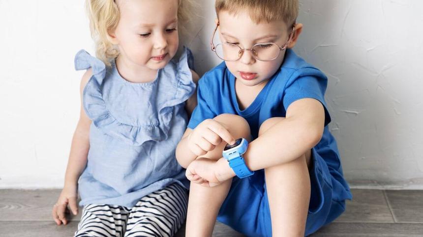 Junge zeigt Mädchen seinem Smartwatch