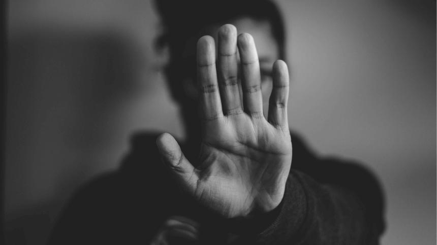 Schwarz-Weiß-Bild Frau hält die Hand hoch