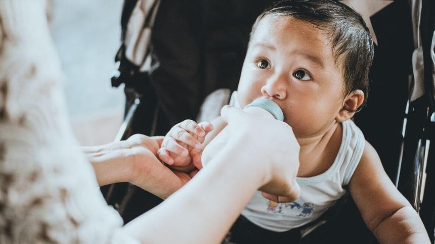Zucker in Kindertees kann später zu Übergewicht führen und Karies auslösen.