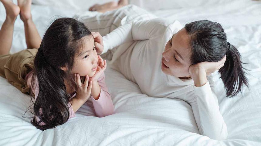 6 Ideen, wie du dein Kind im Liegen beschäftigen kannst.