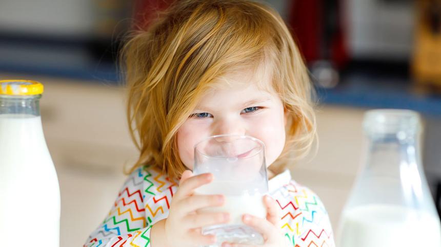 Ein Mädchen trinkt Milch