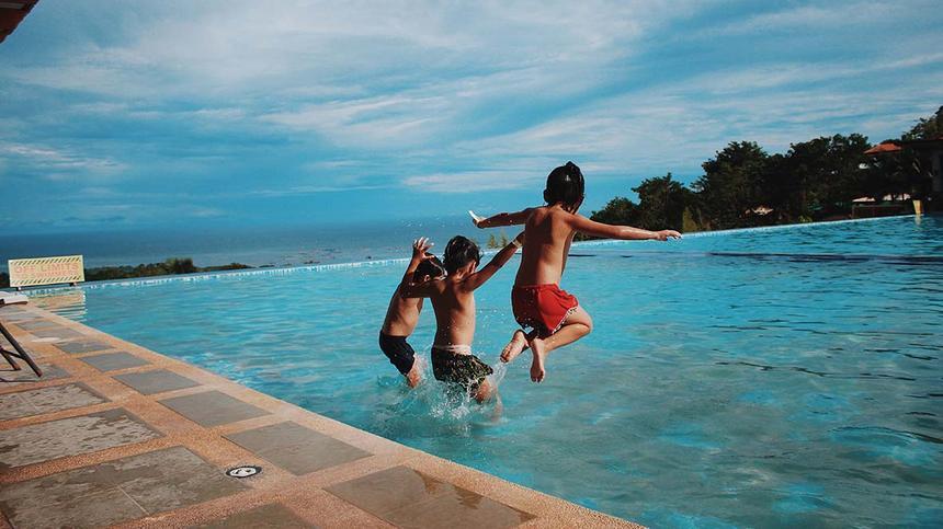 Jungen springen ins Wasser