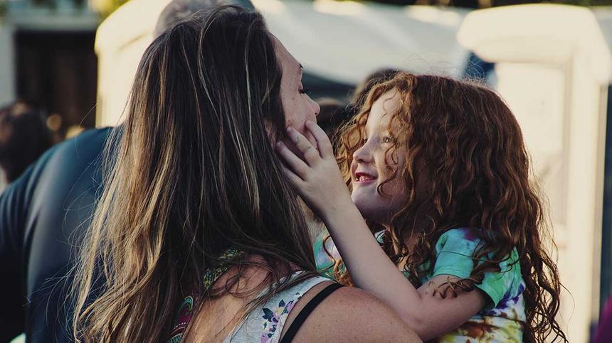 Tochter fasst in das gesicht ihrer Mutter