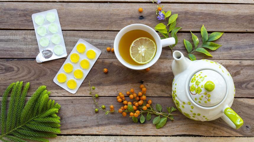 Hausmittel können gegen Halsschmerzen in der Schwangerschaft helfen.